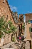 Ludzie, schody i dzwonnica w alei w wiosce Moustiers-Sainte-Marie Obraz Stock