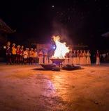 Ludzie siedzą przy nocą wokoło jaskrawego ogniska zdjęcia royalty free