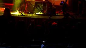 Ludzie siedzą przy rockowym koncertem - abstrakt zamazujący zdjęcie wideo