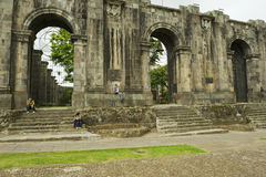 Ludzie siedzą przy wejściem ruiny Santiago Apostol katedra w Cartago, Costa Rica Fotografia Royalty Free