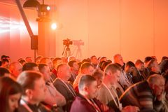 ludzie siedzą w sala pod źródłem czerwone światło Zdjęcie Royalty Free