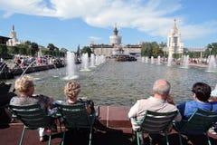 Ludzie siedzą wodą Architektura VDNKH park w Moskwa Zdjęcie Royalty Free
