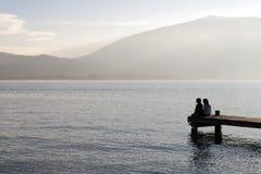 Ludzie siedzący na drewnianym pontonie Obraz Stock