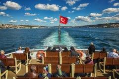 Ludzie siedzi na łodzi i podróżuje przez Bosporus Obraz Stock