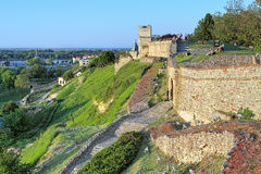 Ludzie siedzi na ścianie Belgrade forteca podczas zmierzchu Fotografia Royalty Free