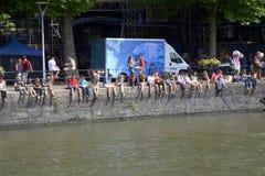 Ludzie siedzi na ścianie przy Bristol schronienia festiwalem obraz royalty free