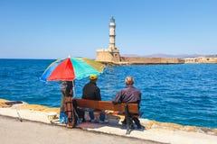 Ludzie siedzi na ławce w starym schronieniu Chania na Crete, Grecja Obraz Stock