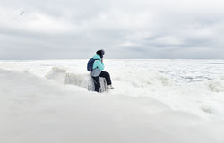 Ludzie siedzi na brzeg zamarznięty morze, śnieżnobiała rozległość lód zdjęcia stock