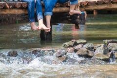 Ludzie siedzi na drewnianym moscie Obraz Stock