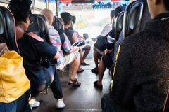 Ludzie siedzi na siedzeniu w tylnym widoku na autobusie obrazy royalty free