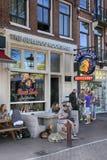 Ludzie siedzi przy buldoga coffeeshop na ulicie w Amsterdam Fotografia Stock