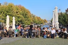 Ludzie siedzi przy kawiarnią w Amsterdam, Holandia Obrazy Stock