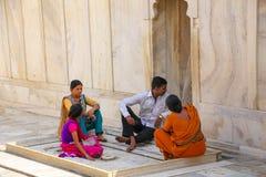 Ludzie siedzi przy Nagina Masjid klejnotu meczetem w Agra forcie, Uttar Obrazy Royalty Free