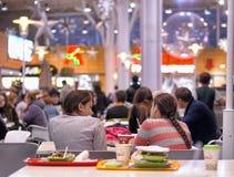 Ludzie siedzi w kawiarni w centrum handlowym Zdjęcie Royalty Free