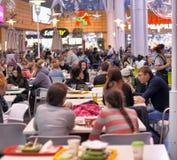 Ludzie siedzi w kawiarni w centrum handlowym Obraz Stock