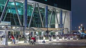 Ludzie siedzi w restauraci przy biznes zatoki terenu nocy timelapse zdjęcie wideo