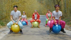 Ludzie skacze na jaskrawych piłkach zbiory