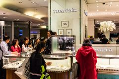 Ludzie sklepu w Co & Tiffany sekcja w Galeries Lafayet fotografia royalty free