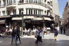 Ludzie spaceru na sławnej Rucianej Montorgueil ulicie fotografia stock