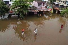 Ludzie spaceru na wodzie powodziowej Zdjęcia Stock