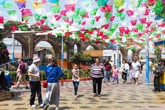 Ludzie spaceru Pod Kolorowymi flaga przy placem Santa Cecilia zdjęcia royalty free