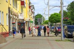 Ludzie spaceru przez miasta Miastowa krzątanina Miasta życie Przechodzień iść grodzka ulica Fotografia Royalty Free