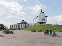 Ludzie spaceru w zwycięstwo parku, Moskwa Fotografia Stock
