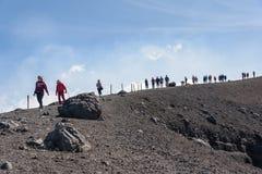 Ludzie spaceru wokoło Moun Etna krateru Zdjęcie Stock
