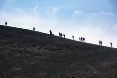Ludzie spaceru wokoło Moun Etna krateru Fotografia Stock