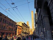 Ludzie spaceruje śródmieście przy asinelli wierza Fotografia Royalty Free