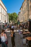 Ludzie spaceruje zabawę i ma pod pogodnym niebieskim niebem w Avignon Zdjęcia Royalty Free