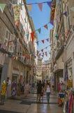 Ludzie spaceruje zabawę i ma pod pogodnym niebieskim niebem w Avignon Obrazy Stock