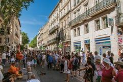 Ludzie spaceruje zabawę i ma pod pogodnym niebieskim niebem w Avignon Fotografia Stock
