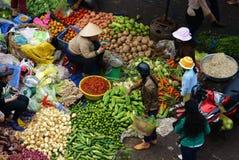 Ludzie sprzedają warzywa i kupują przy na wolnym powietrzu rynkiem. DA LAT, WIETNAM LUTY 8, 2013 Zdjęcie Royalty Free