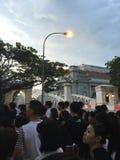 Ludzie stać w kolejce do wynagrodzenia kopyto_szewski szacuneku ex pierwszorzędny minister Singapur Ja Lee Kuan Yew Fotografia Royalty Free