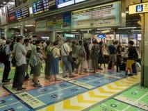 Ludzie sta? w kolejce przy Shinagawa stacj? w Tokio, Japonia zdjęcie stock