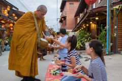 Ludzie stawiać karmowych ofiar w mnicha buddyjskiego datkach rzucają kulą dla lepidła Zdjęcia Stock