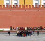 Ludzie stawiają kwiaty grobowiec niewiadomy żołnierz w Moskwa centrum miasta obraz royalty free