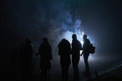 Ludzie stoi fajerwerki i ogląda, silvester, zmrok, sylwetka Obrazy Royalty Free