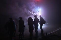 Ludzie stoi fajerwerki i ogląda, silvester, zmrok, sylwetka Fotografia Stock