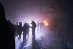 Ludzie stoi fajerwerki i ogląda, silvester, zmrok, sylwetka Zdjęcie Royalty Free