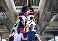 Ludzie stoi na eskalatorze Fotografia Stock