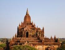 Ludzie stoi na wierzchołku Htilominlo świątynia w Bagan, Myanmar Obrazy Royalty Free