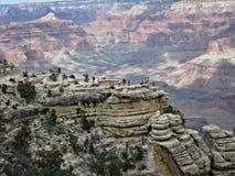 Ludzie stoi na Wysokich graniach przy Uroczystym jarem Zdjęcie Royalty Free