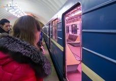 Ludzie stoi przy otwarte drzwi metrem Zdjęcia Stock