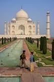 Ludzie stoi przy Taj Mahal kompleksem w Agra, Uttar Pradesh, Ind Zdjęcie Royalty Free