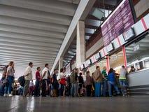 Ludzie stoją w linii dla biletów przy biletowego kontuaru Kursky stacją kolejową, Moskwa obraz stock