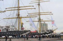 Ludzie stoją w linii w spadku dla wycieczki statek Krusenstern, Kaliningrad, Rosja Obrazy Royalty Free