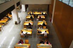 Ludzie studiuje w bibliotece obrazy royalty free