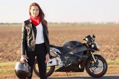 Ludzie, styl życia, hobby, jeździecki pojęcie Horyzontalny widok piękna kobieta odziewa dla motocyclists, niesie rowerzysta jest  obraz royalty free